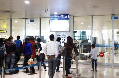 đón người thân ở Sân bay Nội Bài