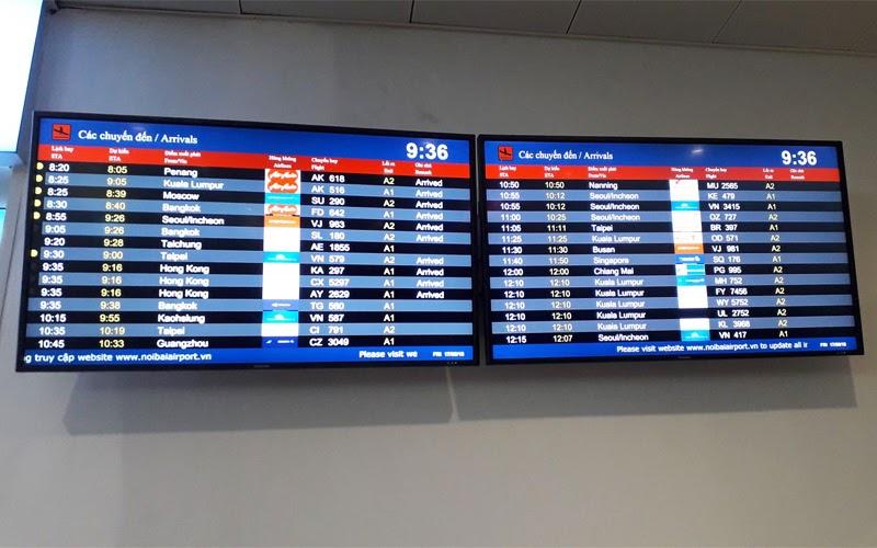 Theo dõi tình trạng chuyến bay trên bảng điện tử (Nguồn ảnh: Internet)